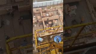 Массовая драка Рабочие бросают друг в друга кирпичи Кирпичами бросались строители