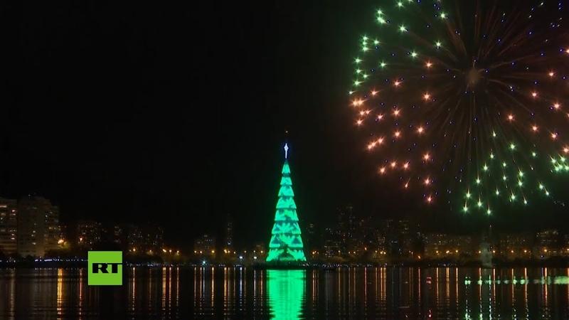 Gigantesco árbol de Navidad brilla en el lago de Río de Janeiro