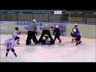Во время матча между 9-летними хоккеистами из Мамадыша и Глазова произошла массовая драка