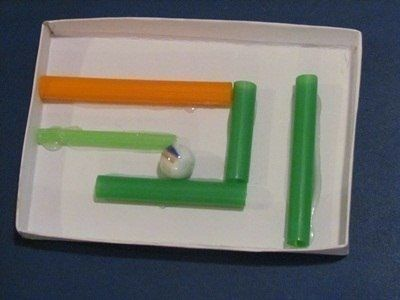 ЛАБИРИНТ СВОИМИ РУКАМИ Вам понадобится: коробка из под конфет или зефира, цветные трубочки для коктейлей, клей ПВА или момент, ножницы, маленькие шарики из любого